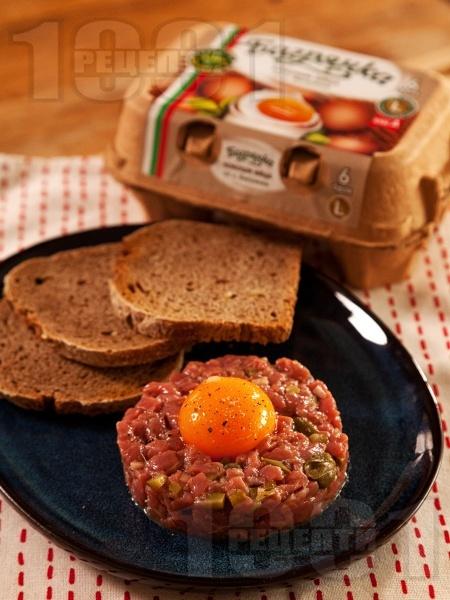 Стек тартар от сурово кълцано телешко месо и кисели краставички - снимка на рецептата